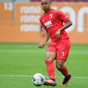 Felix Uduokhai (FC Augsburg #19) spielt den Ball,   Testspiel FC Augsburg - FC Schaffhausen  Foto: Krieger