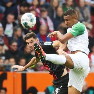 Kopfballduell zwischen Felix Uduokhai (FC Augsburg #19) und Lucas Alario (Bayer 04 Leverkusen);  FC Augsburg vs. Bayer Leverkusen;  DFL REGULATIONS PROHIBIT ANY USE OF PHOTOGRAPHS AS IMAGE SEQUENCES AND/OR QUASI-VIDEO.  Foto: Krieger