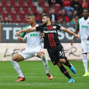 Kampf um den Ball zwischen Kevin Volland (Bayer 04 Leverkusen) und Felix Uduokhai (FC Augsburg #19);  FC Augsburg vs. Bayer Leverkusen;  DFL REGULATIONS PROHIBIT ANY USE OF PHOTOGRAPHS AS IMAGE SEQUENCES AND/OR QUASI-VIDEO.  Foto: Krieger