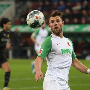 Eduard Löwen (FC Augsburg #29), erster Einsatz für den FCA, spielt den Ball,   FC Augsburg vs. Borussia Dortmund, 18. Spieltag;  DFL REGULATIONS PROHIBIT ANY USE OF PHOTOGRAPHS AS IMAGE SEQUENCES AND/OR QUASI-VIDEO.   Foto: Krieger