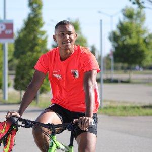 Felix Uduokhai (FC Augsburg #19) fährt mit dem Fahrrad zum Trainingsplatz,  FC Augsburg, Training, Saison 2019-2020,  Foto: Krieger