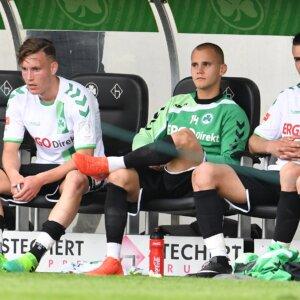 07.05.2017 --- Fussball --- Saison 2016 2017 --- 2. Fussball - Bundesliga --- 32. Spieltag: SpVgg Greuther Fürth Fuerth - Karlsruher SC KSC Karlsruher Sport Club --- Foto: Sport-/Pressefoto Wolfgang Zink / WoZi ---   David Raum (39, SpVgg Greuther Fürth ) Christian Derflinger (27, SpVgg Greuther Fürth ) Serdar Dursun (15, SpVgg Greuther Fürth ) enttäuscht / Enttäuschung nach Spielende