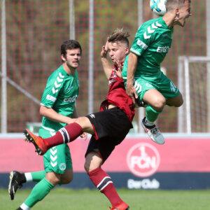 21.04.2018 --- Fussball --- Saison 2017 2018 --- Regionalliga Bayern --- 35. Spieltag: 1. FC Nürnberg Nuernberg FCN II U21 Club - SpVgg Greuther Fürth Fuerth II --- Foto: Sport-/Pressefoto Wolfgang Zink / DaMa ---   Jonas Hofmann (6, 1. FC Nürnberg FCN II ) im Kopfballduell mit Christian Derflinger (10, SpVgg Greuther Fürth II )