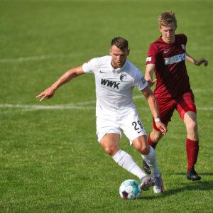 Eduard Löwen (FC Augsburg #29) im Zweikampf SV Heimstetten - FC Augsburg, Testspiel, Endstand 0:9;