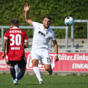 Eduard Löwen (FC Augsburg #29) spielt den Ball, SpVgg. Unterhaching - FC Augsburg, Testspiel, Endstand 0:0
