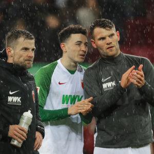 Ruben Vargas (FC Augsburg #16, Mitte) erklärt Neuzugang Eduard Löwen (FC Augsburg #29, re.), wie der Schlußjubel vor der Fantribüne abläuft, Daniel Baier (FC Augsburg #10, li.);FC Augsburg vs. Werder Bremen, 20. Spieltag;DFL REGULATIONS PROHIBIT ANY USE OF PHOTOGRAPHS AS IMAGE SEQUENCES AND/OR QUASI-VIDEO.