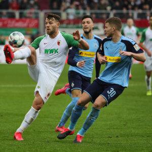 Eduard Löwen (FC Augsburg #29) im Zweikampf gegen Nico Elvedi (Bor. Mönchengladbach),FC Augsburg vs. Borussia Mönchengladbach, 24. Spieltag;DFL REGULATIONS PROHIBIT ANY USE OF PHOTOGRAPHS AS IMAGE SEQUENCES AND/OR QUASI-VIDEO.
