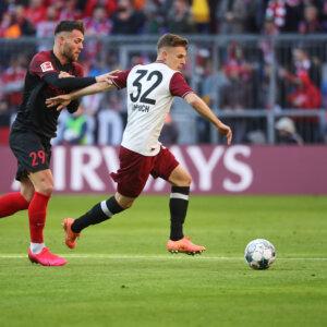 Joshua Kimmich (FC Bayern München) setzt sich durch gegen Eduard Löwen (FC Augsburg #29);  FC Bayern München vs. FC Augsburg, 25. Spieltag;  DFL REGULATIONS PROHIBIT ANY USE OF PHOTOGRAPHS AS IMAGE SEQUENCES AND/OR QUASI-VIDEO.