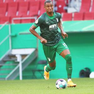 Felix Uduokhai (FC Augsburg #19) spielt den Ball, FC Augsburg vs. MTV Eintracht Celle, DFB-Pokal, 1. Hauptrunde;DFL REGULATIONS PROHIBIT ANY USE OF PHOTOGRAPHS AS IMAGE SEQUENCES AND/OR QUASI-VIDEO.