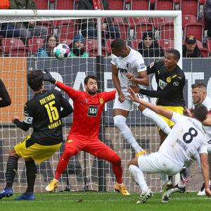 Tor zum 1:0 durch Felix Uduokhai (FC Augsburg #19), Kopfball vor Manuel Akanji (Bor. Dortmund), Roman Bürki (Torwart Bor. Dortmund);FC Augsburg vs. Borussia Dortmund, 2. Spieltag;DFL REGULATIONS PROHIBIT ANY USE OF PHOTOGRAPHS AS IMAGE SEQUENCES AND/OR QUASI-VIDEO.