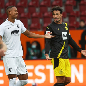 Mats Hummels (Bor. Dortmund) und Felix Uduokhai (FC Augsburg #19), FC Augsburg vs. Borussia Dortmund, 2. Spieltag;DFL REGULATIONS PROHIBIT ANY USE OF PHOTOGRAPHS AS IMAGE SEQUENCES AND/OR QUASI-VIDEO.
