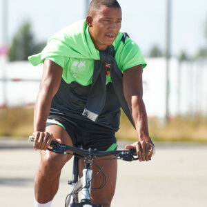 Felix Uduokhai (FC Augsburg #19) mit dem Fahrrad auf dem Weg zum TrainingsplatzFC Augsburg, Training, Saison 2020-2021,